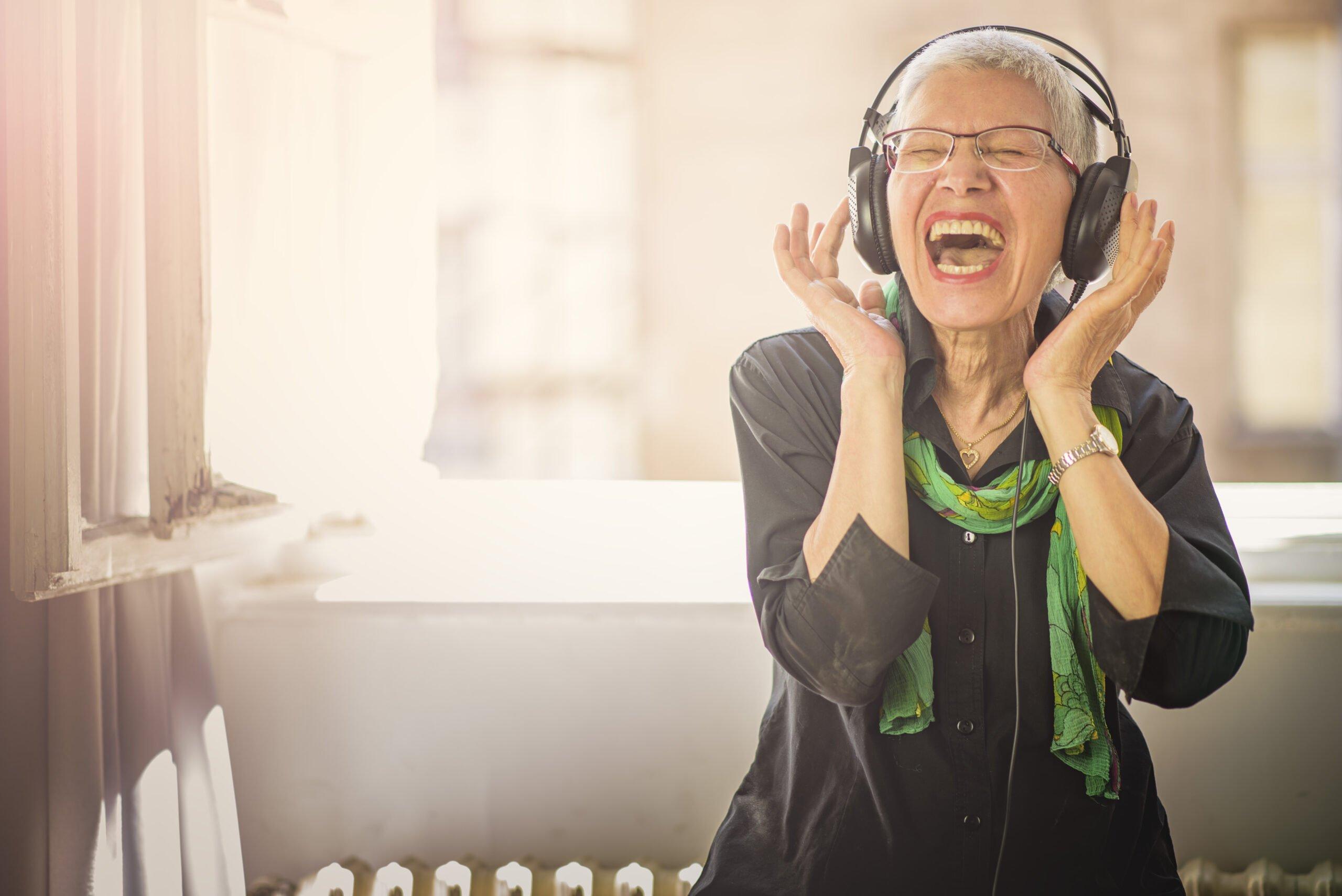 Dam med hörlurar sjunger