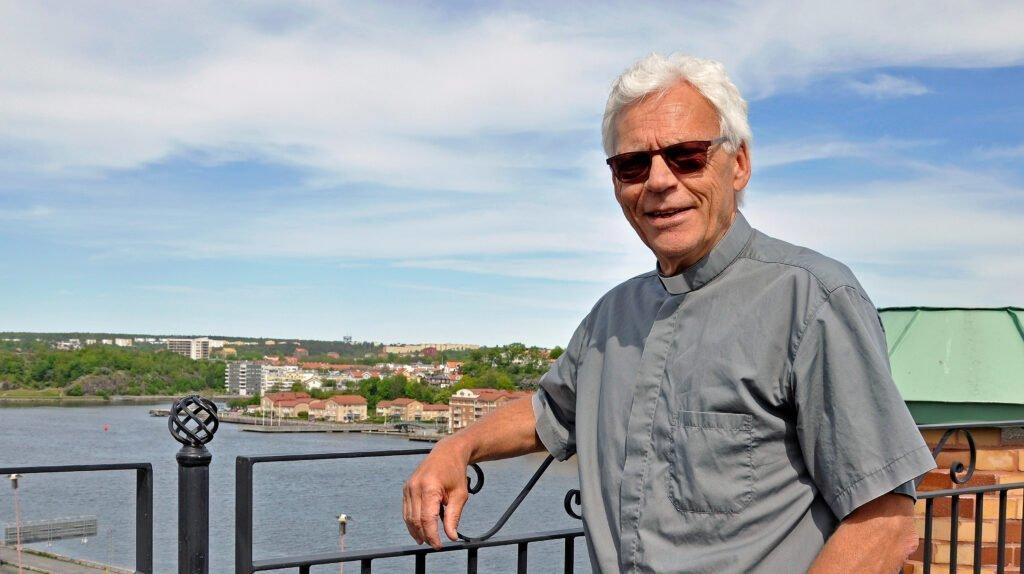 Göran Bjerhem - polispastor - tittar in i kameran och lutar sig mot ett räcke