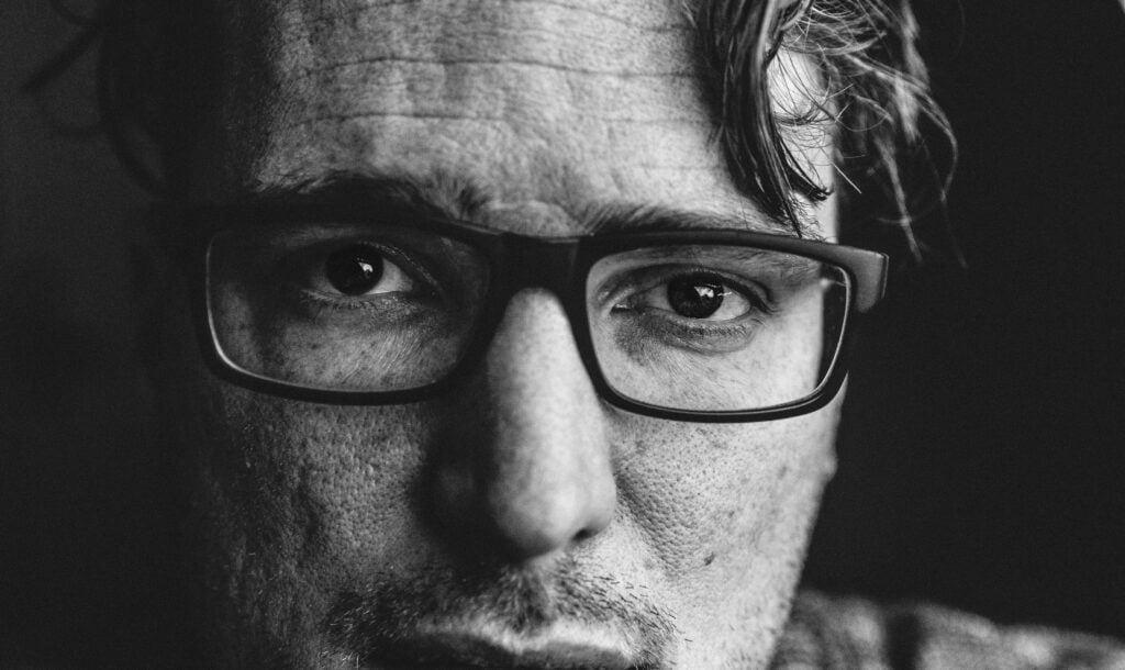 Närbild på man med glasögon
