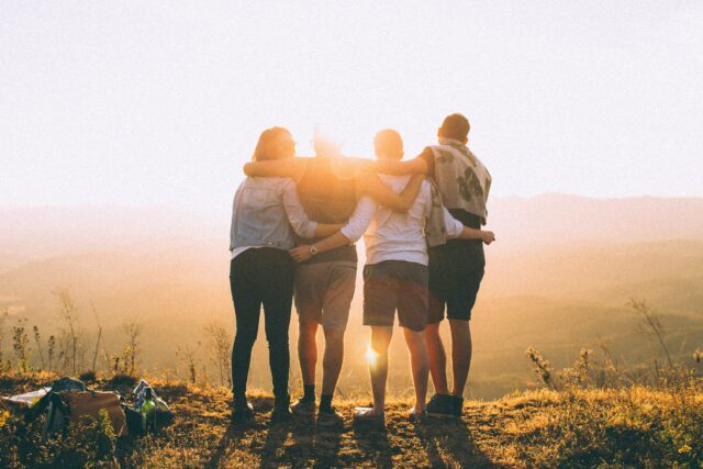 ungdomar i solnedgång