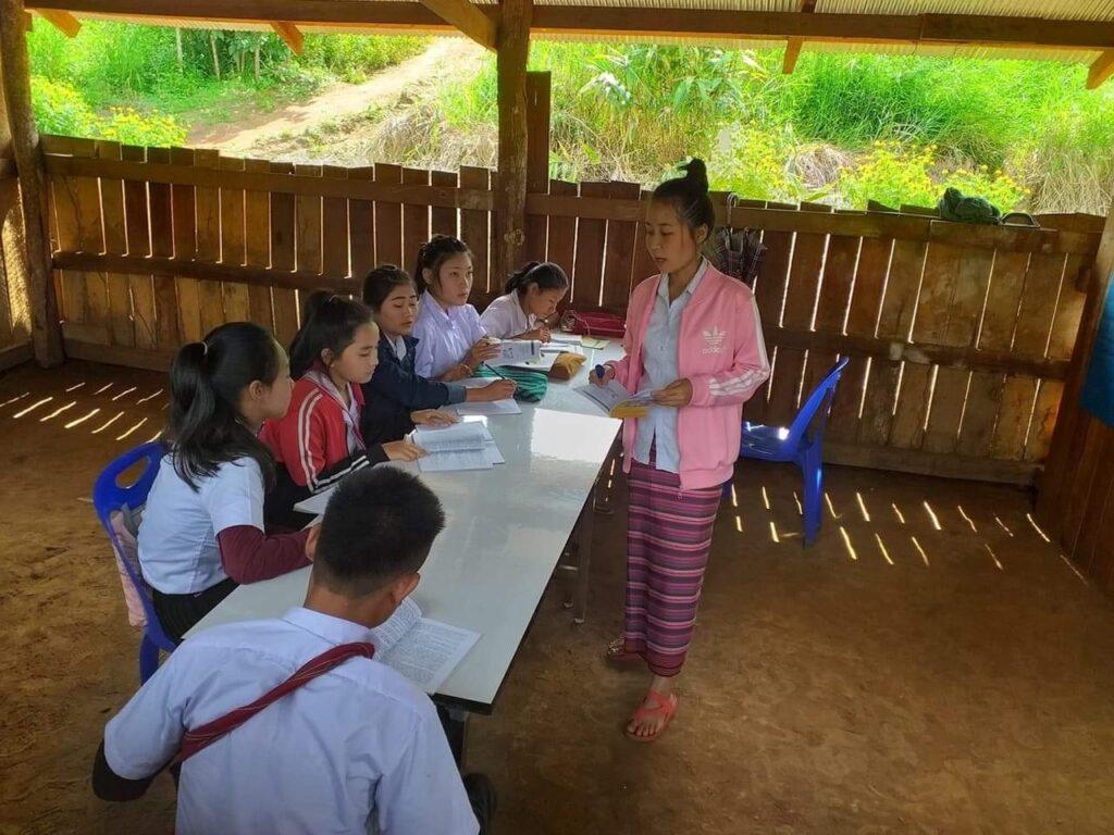 Läraren Eh Moo Na undervisar barn i Burma
