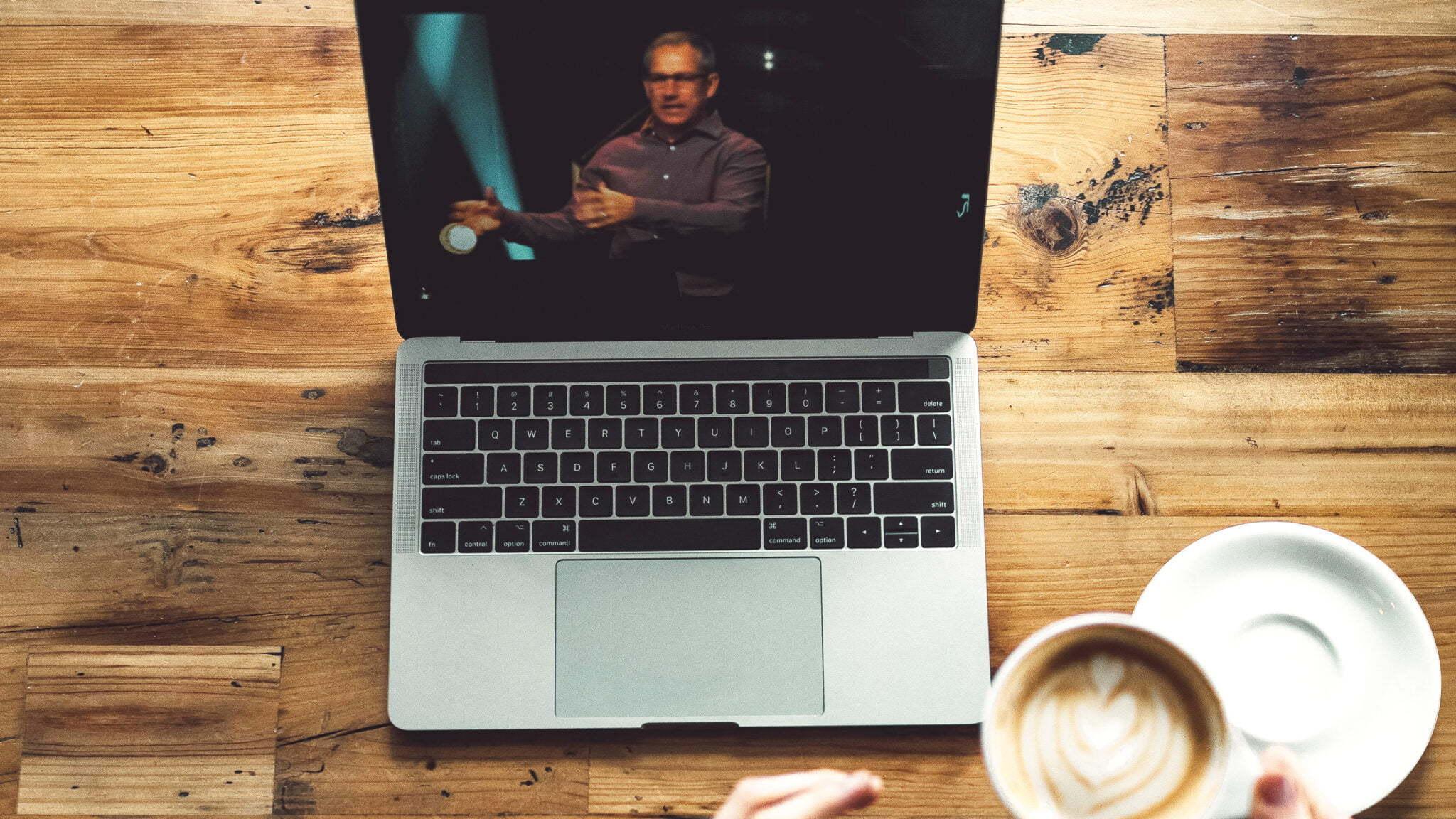 Kaffe och dator vid Zoom