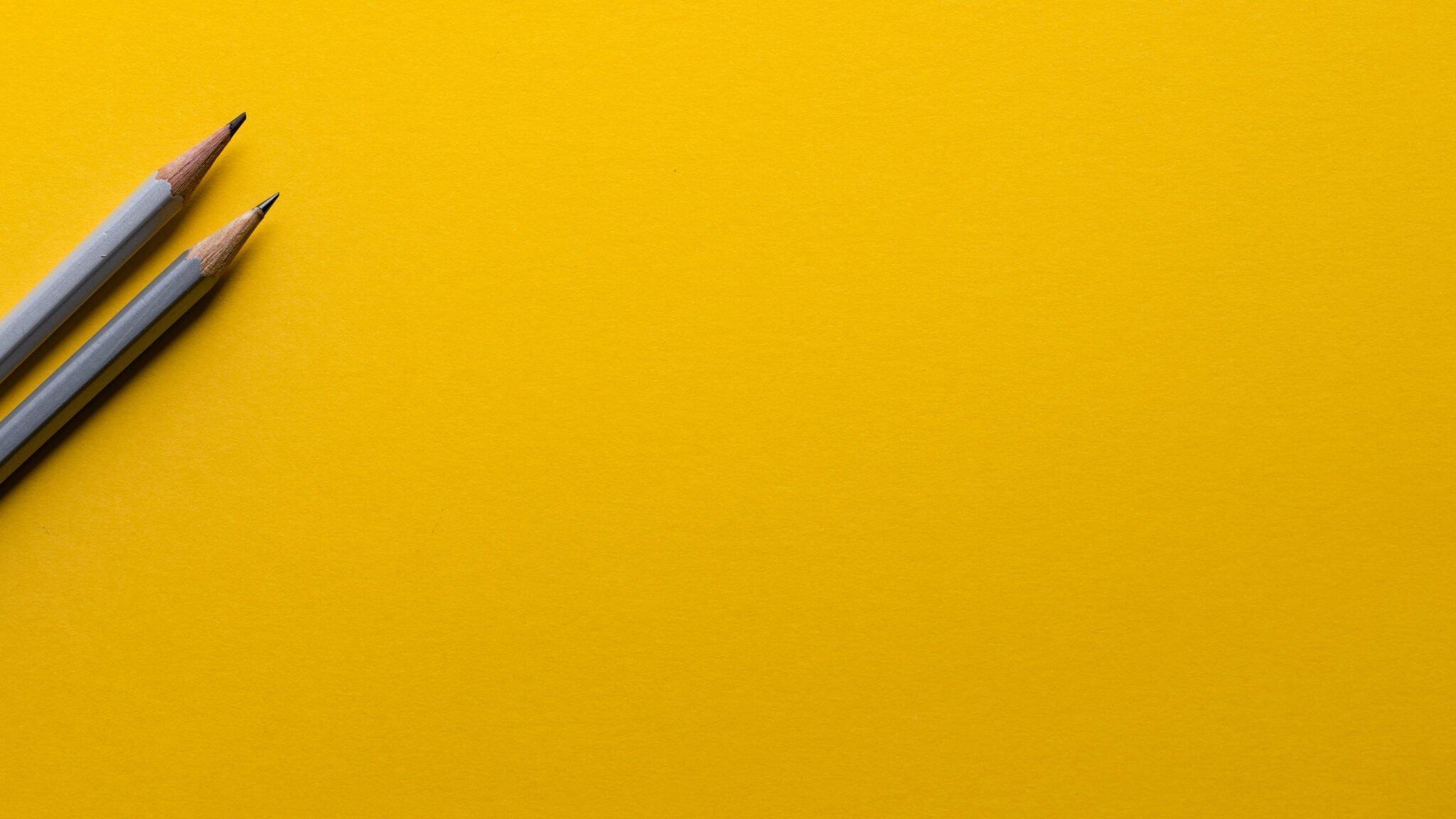 Pennor på gult papper