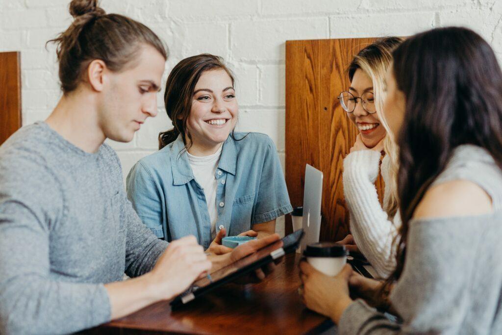 Personer som pratar med varandra under ett möte