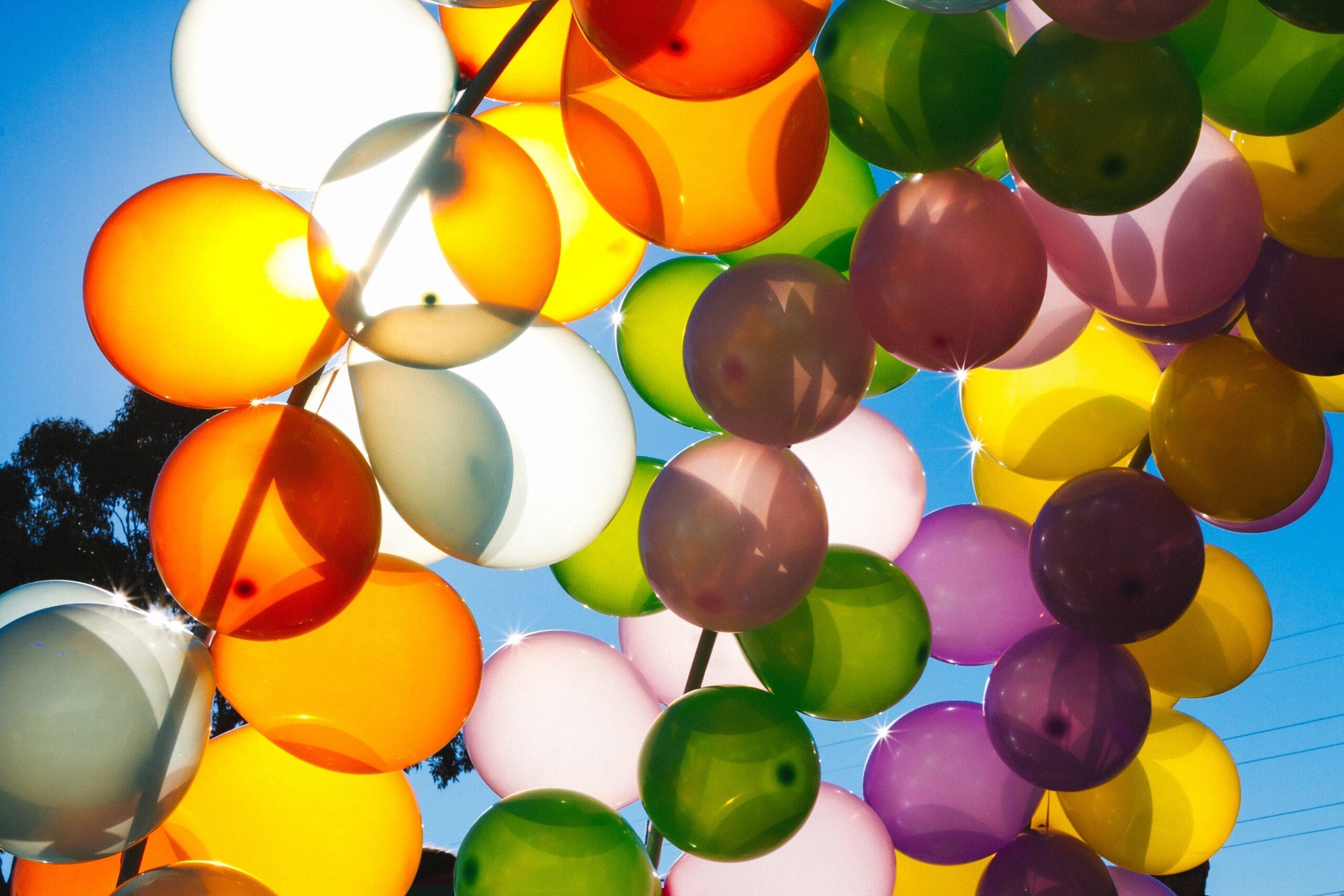 Ballong i motljus mot himlen