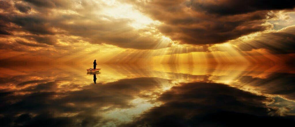 Fiskare i en båt med en dramatisk himmel som speglar sig i havet