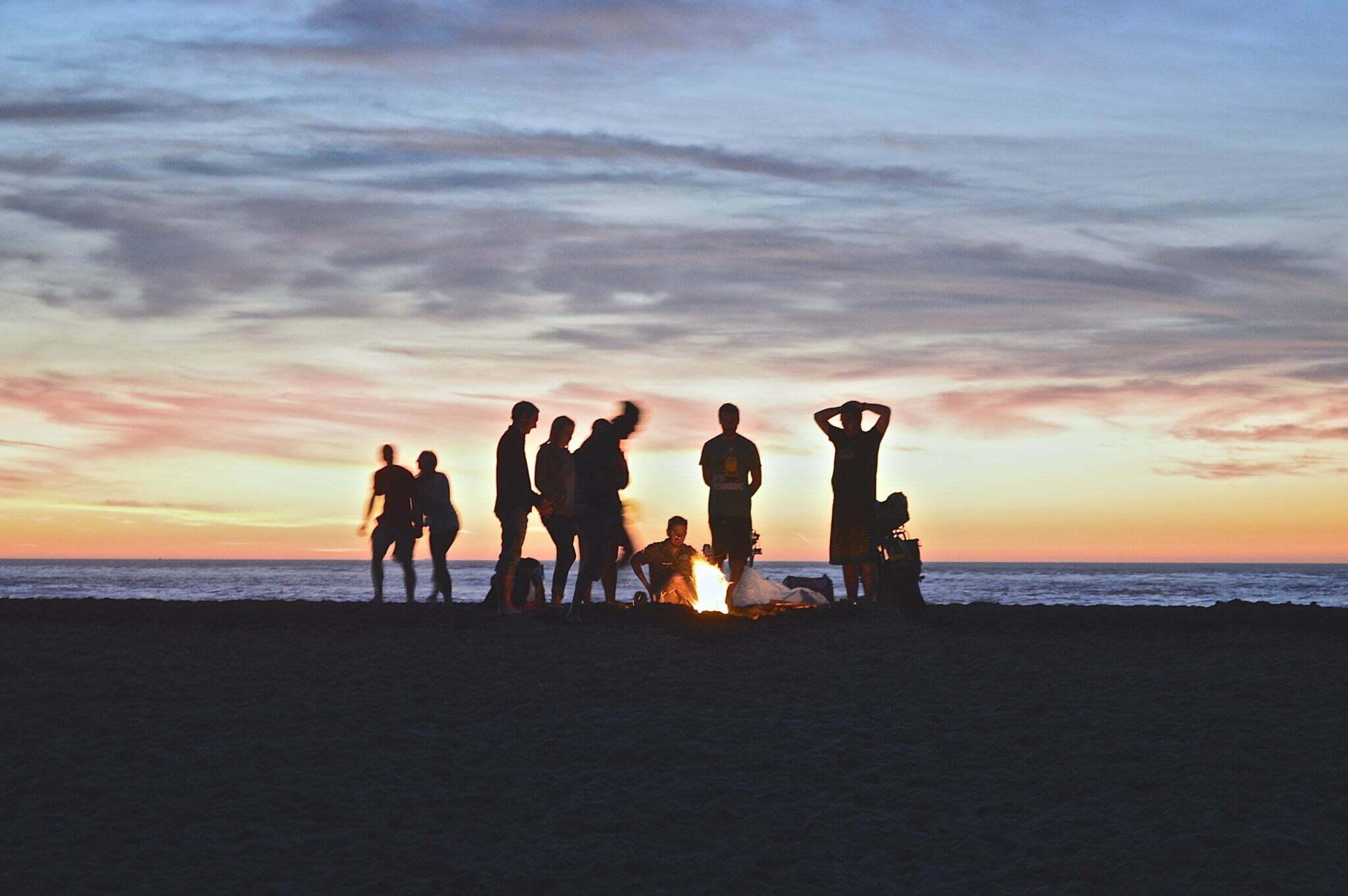 ungdomar vid eld