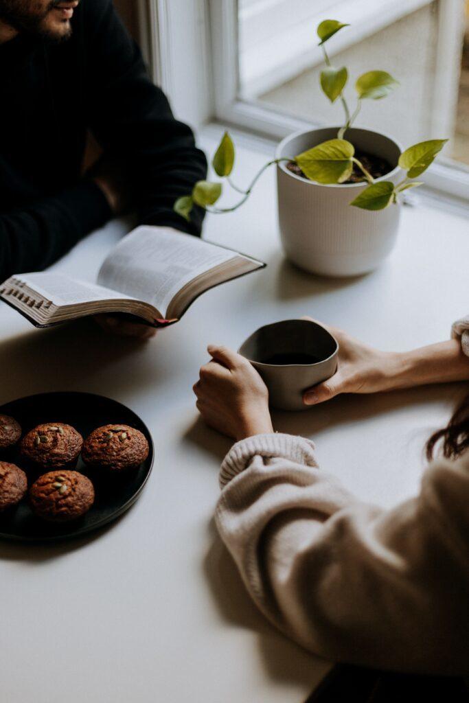Personer som diskuterar bibeln och dricker kaffe.