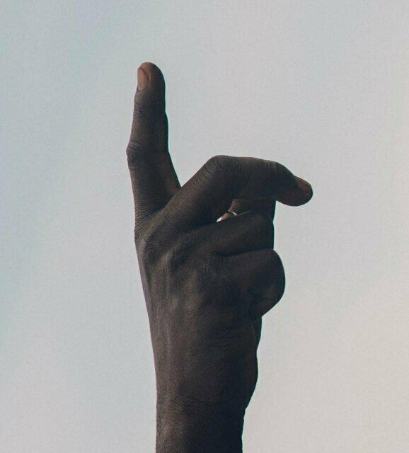 En hand som pekar uppåt mot Gud